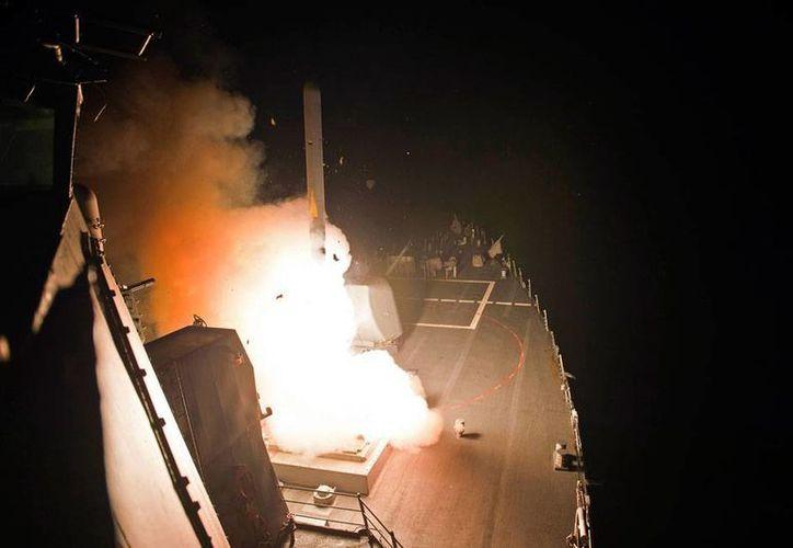 Imagen proporcionada por la Marina Armada de Estados Unidos donde puede verse el momento en que la artillería de un barco lanza un misil Tomahawk, en el inicio del bombardeo contra el Estado Islámico de Siria. (AP)