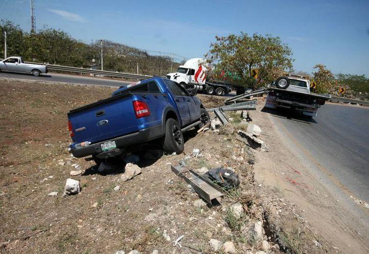 El turista veracruzano Humberto Lara Ramos vacacionaba en Mérida cuando sufrió un accidente en el Periférico. Para su fortuna no se lesionó de gravedad.  (SIPSE)