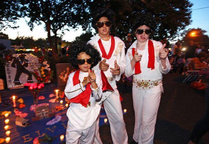 Seguidores de Elvis Presley en Graceland, la casa del 'Rey' en Menphis. (Agencias)