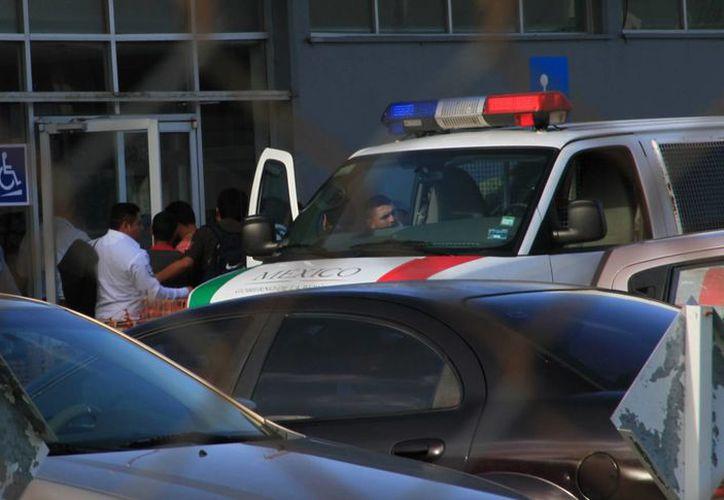 Alrededor de las 8:40 de la mañana, llegó un vehículo tipo Van con logotipos del Instituto de Migración. (Ángel Castilla/SIPSE)