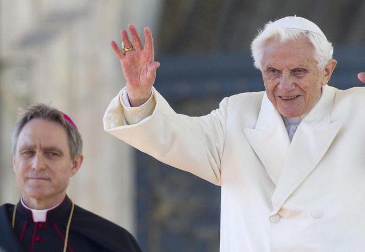 El papa Ratzinger, que llegó en helicóptero a Castel Gandolfo desde el Vaticano. (EFE)