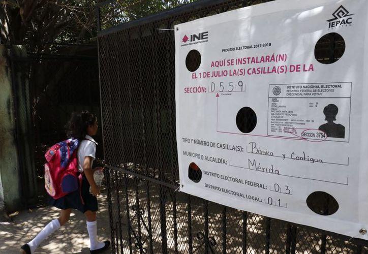El instituto comenzó la colocación de mantas para que los ciudadanos ubiquen las casillas que les corresponde. (José Acosta/Milenio Novedades)