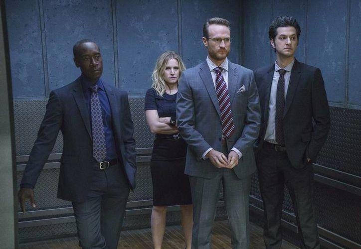 """Don Cheadle como Marty Kaan, a la izquierda, Kristen Bell como Jeannie Van Der Hooven, Ben Schwartz como Clyde Oberholt y Josh Lawson como Doug Guggenheim, en una escena de la serie """"House of Lies"""". La comedia llegará a su fin el 13 de junio. (AP)"""