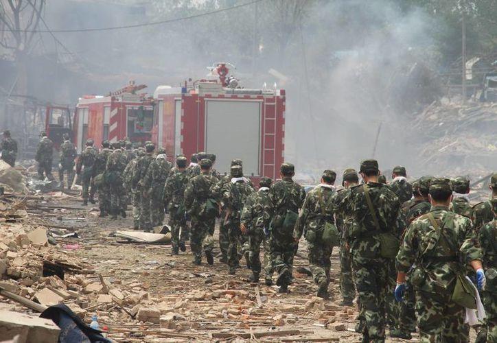 Servicios de emergencia tras una explosión en una fábrica de plásticos en Nanjing, China en 2010. (EFE/Archivo)