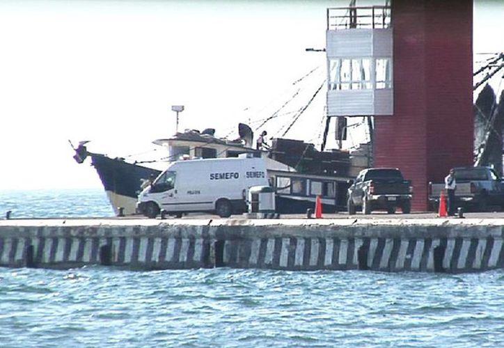 El Semefo acudió a levantar el cuerpo del pescador encontrado a 20 km del muelle de Lerma. (Excelsior)