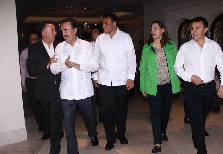Emilio Gamboa Patrón y el gobernador Rolando Zapata, en la reunión. (Milenio Novedades)