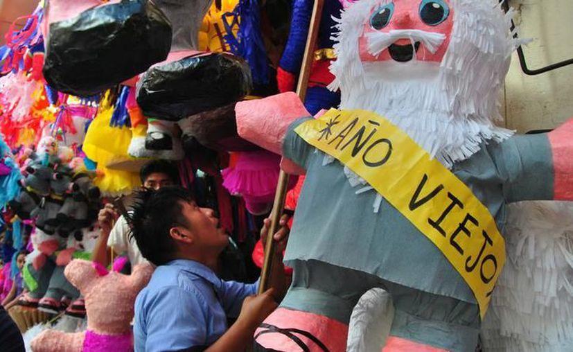 """En Yucatán, las piñatas desplazaron la venta de """"viejos"""", como parte de la representación del año que se despide. (SIPSE)"""