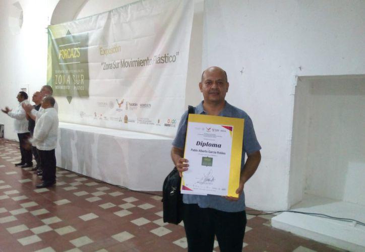 El artista visual Pablo García Robles recibió el premio durante la inauguración de una exposición. (Faride Cetina/SIPSE)