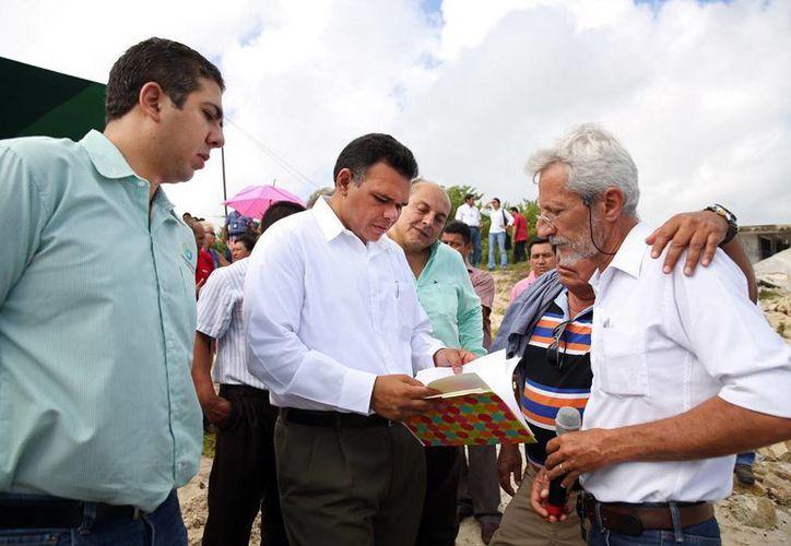Zapata Bello acudió ayer a la presentación del proyecto de recuperación de playas, en Chelem. (SIPSE)