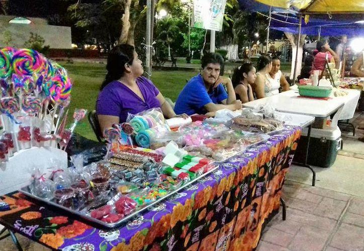 """La mañana de este domingo, se realizó un concurso de elaboración de """"calaveritas"""". (Javier Ortíz/ SIPSE)"""