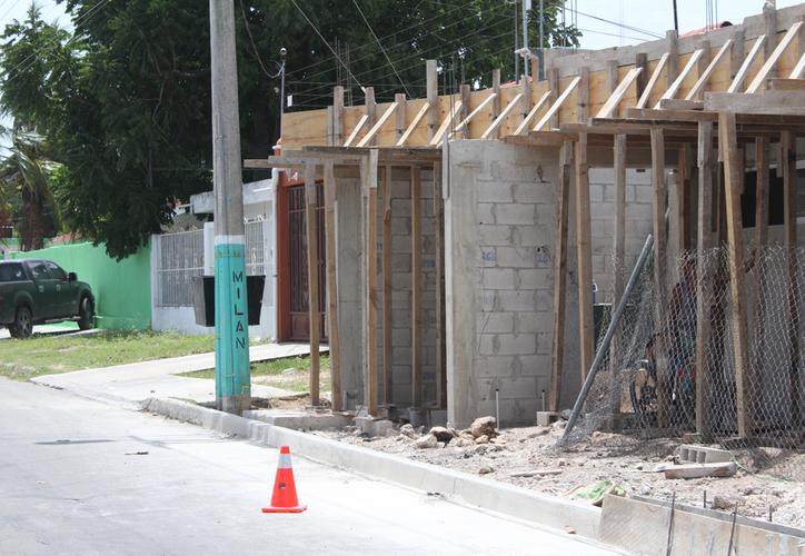 Los trabajos de edificación se ubican en la calle Juan José Siordia, entre Milán y Andrés Quintana Roo; iniciaron el pasado 15 de marzo. (Joel Zamora/SIPSE)