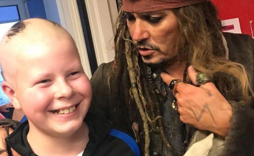 Depp les brindo un momento d entretenimiento a los pequeños en un hospital de París. (Excélsior)