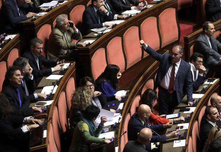 El Senado de Italia aprobó e presupuesto para 2017, requisito que el presidente de la nación, Sergio Mattarella, le había 'exigido' al primer ministro, Matteo Renzzi, para aceptarle su renuncia. (AP/Alessandra Tarantino)