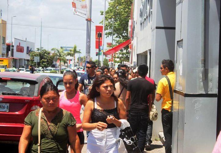 Dos instructores especializados imparten clases gratuitas de autodefensa para mujeres, en Playa del Carmen. (Daniel Pacheco/SIPSE)