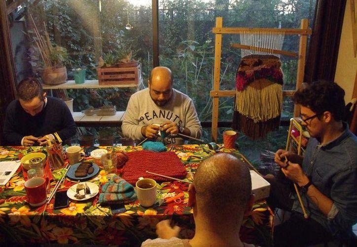 Desde enero, Claudio Castillo mparte una serie de talleres en su casa-taller Santiago para enseñar a otros hombres un pasatiempo casi siempre practicado por mujeres. (facebook.com/hombrestejedores)
