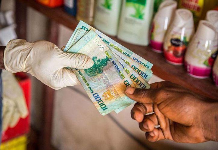 La Organización Mundial de la Salud (OMS), quien calificó la epidemia de ébola como la peor emergencia sanitaria de los últimos años, asegura que los costos económicos son mayor por la desorganización para combatir la enfermedad que la propia enfermedad. La imagen es de contexto. (AP)