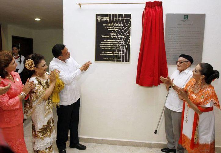 El gobernador Rolando Zapata encabezó la develación de una placa conmemorativa en el teatro <i>Daniel Ayala Pérez</i>. (Milenio Novedades)