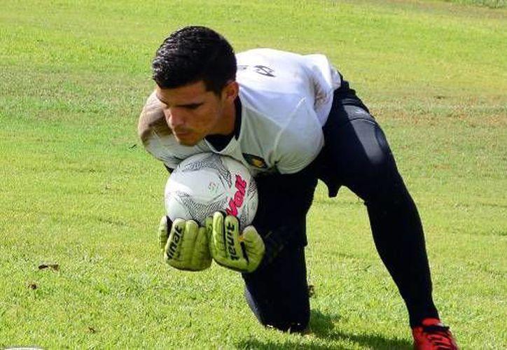Andrés Gudiño, una de las jóvenes revelaciones del plantel de Venados F.C, espera paciente su hora de cuidar la portería astada. (Venados)