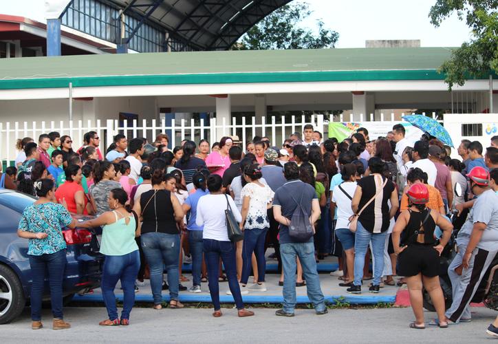 """Los progenitores se reunieron ayer frente a la secundaria técnica número 33 """"Vicente Guerrero"""". (Octavio Martínez/SIPSE)"""