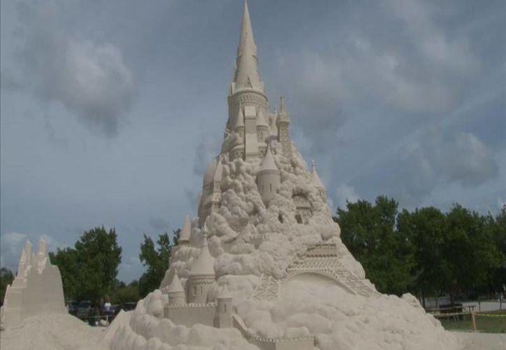 Este lunes el castillo de arena construido en Virginia Beach, que  alcanzó los 15.87 metros de alto, rompió un récord Guiness. Sin embargo, será derrumbado por sus organizadores en tres semanas. (Archivo AP)