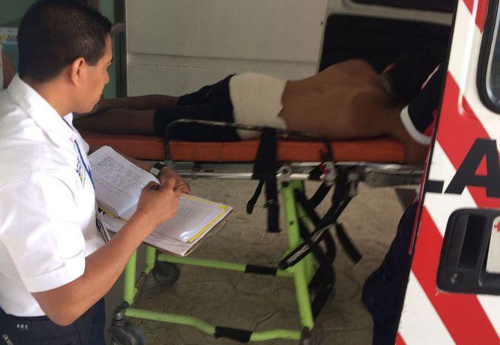 Algunos vecinos aseguran que el herido tuvo un enfrentamiento con otro sujeto que lo quería matar. (Redacción/SIPSE).