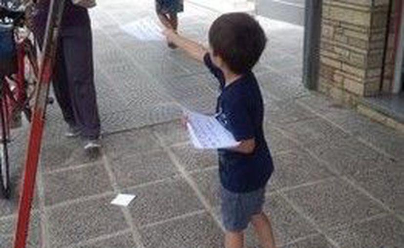 Simon repartiendo volantes en las calles de Argentina (Captura de pantalla/Twitter)