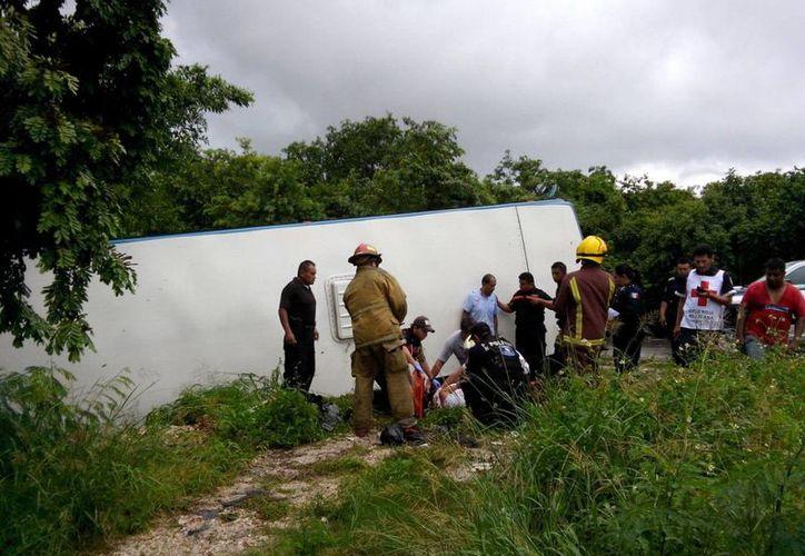 El camión quedó volcado sobre su costado derechos sobre la avenida Lakin. (Redacción/SIPSE)