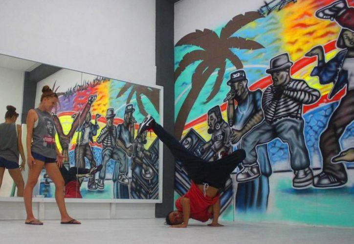 """La escuela de baile """"Dance Club Playa"""" ofrece clases gratuitas para quienes quieran aprender a bailar hip hop. (Daniel Pacheco/SIPSE)"""