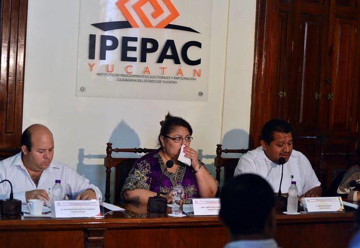 Consejeros el Ipepac durante una reunión. (Luis Pérez/SIPSE)