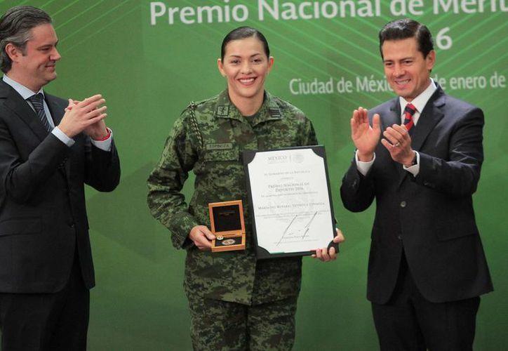 Los cinco medallistas mexicanos recibieron un reconocimiento por parte del Presidente de la nación. En la foto, María del Rosario Espinosa recibe su premio de manos de Peña Nieto.(Notimex)