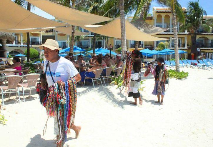 La actividad que realizan las vendedoras se vuelve atractivo para el turismo que busca comprar artesanías autóctonas. (Octavio Martínez/SIPSE)