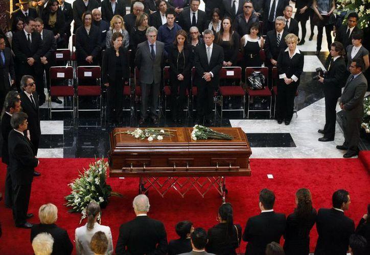 Frente al féretro  aparecen familiares de Joaquín Cordero, Angélica Rivera y el titular de Conaculta. (Notimex)