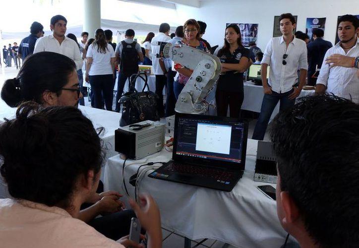 Alumnos universitarios de varias carreras unieron esfuerzos para crear un robot que permitirá hacer las clases más atractivas y lograr en los estudiantes aprendizaje significativo. (José Acosta/SIPSE)