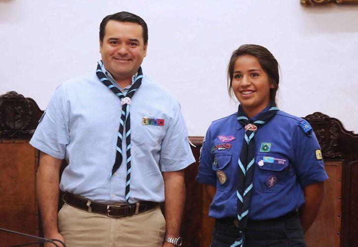 El presidente municipal de Mérida, Renán Barrera Concha, con la alcaldesa por un día, la joven scout Monserrat Chian-Sam García. (SIPSE)
