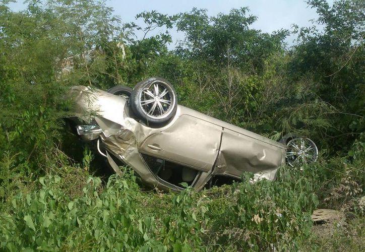 Un vehículo guiado por un joven volcó en el anillo periférico. (Milenio Novedades)