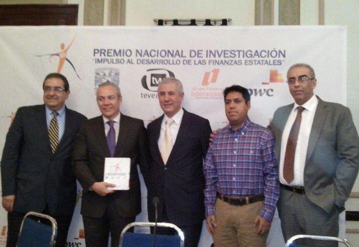 El reconocimiento fue en el concurso Premio Nacional de Investigación. (Cortesía/SIPSE)