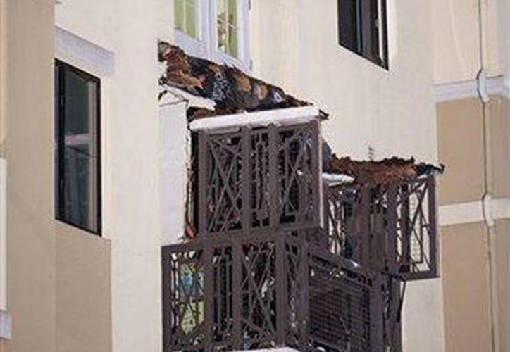 Un balcón en el cuarto piso del edificio de apartamentos Library Gardens en Berkeley, California, se desplomó el martes por 16 de junio de 2015 por la madrugada. Varias personas sufrieron heridas y cinco murieron en el accidente, informó la policía. (Foto AP/Noah Berger)