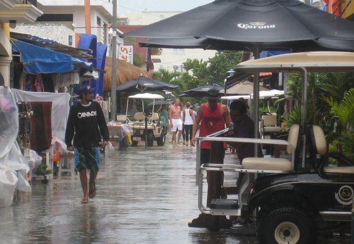 Las inunmdaciones fueron momentáneas en varios puntos de Isla Mujeres. (Lanrry Parra/SIPSE)