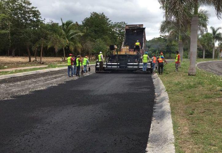 La obra comprende retiro de adocreto, nivelación de la terracería y pavimentación con asfalto, en un tramo de 14 mil 500 metros cuadrados. (SIPSE)