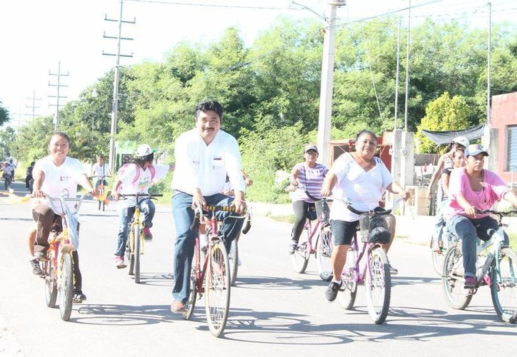 El alcalde de Motul, Julián Pech, encabezó la bici-ruta. (Cortesía)