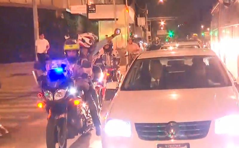 Los seguidores rodearon el auto en el que se dirige AMLO al zócalo.