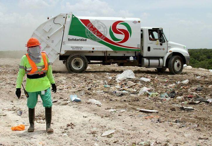 Exhortan autoridades a que la ciudadanía evite sacar la basura el próximo 1 de enero del 2018, ya que por día festivo, disminuye el servicio. (SIPSE)