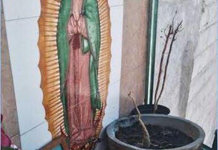 Policías federales encontraron un surtidor de gasolina clandestina que emanaba de un altar a la Virgen de Guadalupe en Puebla. (diariocambio.com.mx)