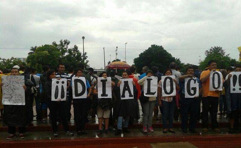 Durante la protesta los maestros exigen el diálogo. (Jazmín Ramos/SIPSE)