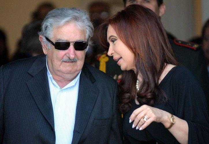 El presidente uruguayo, José Mujica, habla con su homóloga de Argentina, Cristina Fernández. (Archivo/EFE)