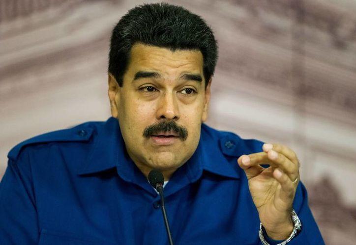 En el evento, Maduro bautizó una versión corregida y aumentada del llamado Libro Azul, escrito por Chávez cuando ostentaba el grado de teniente coronel del Ejército. (EFE/Archivo)