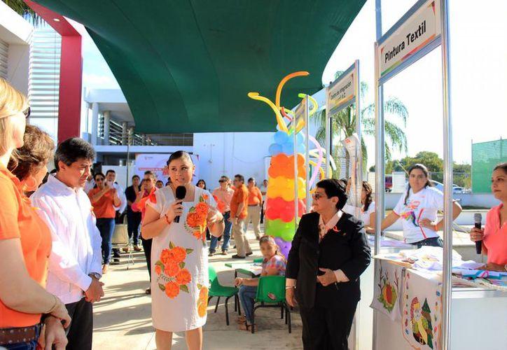 La primera Feria de la Mujer de la FGE brinda pláticas para el fortalecimiento de la convivencia familiar, exámenes gratuitos para la detección del cáncer de mama o la aplicación de la prueba del virus del papiloma humano, entre otras actividades. (Foto cortesía)