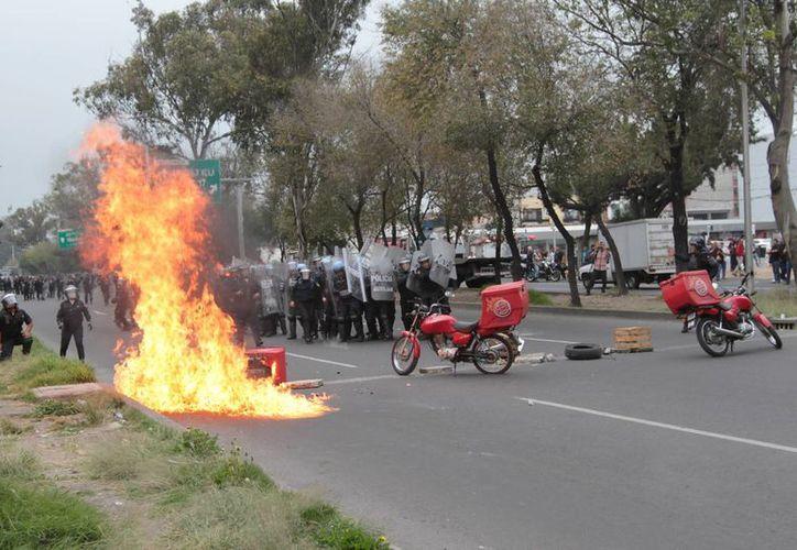 Se investiga la agresión contra un policía, hecha por al menos 16 sujetos, durante la marcha y enfrentamiento del 20 de noviembre en el Zócalo. (Foto de archivo de Notimex)