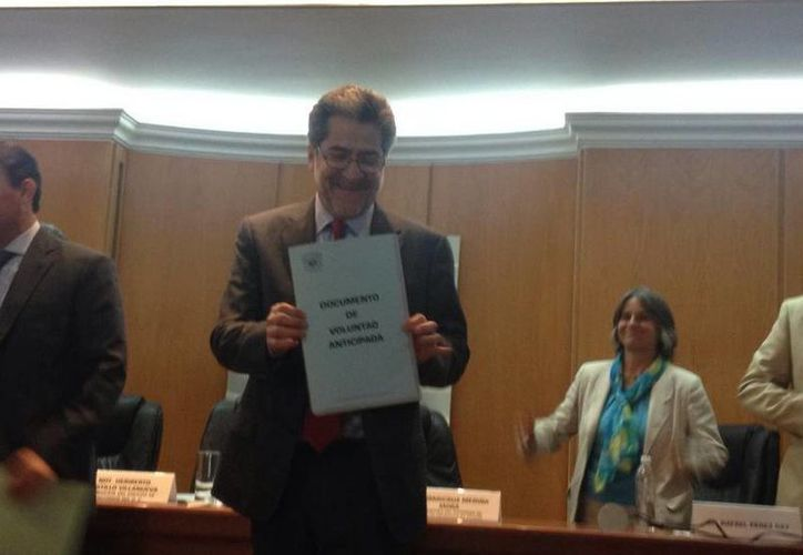El escritor Rafael Pérez Gay tras recibir su Documento de Voluntad Anticipada. (twiiter/@agamma)