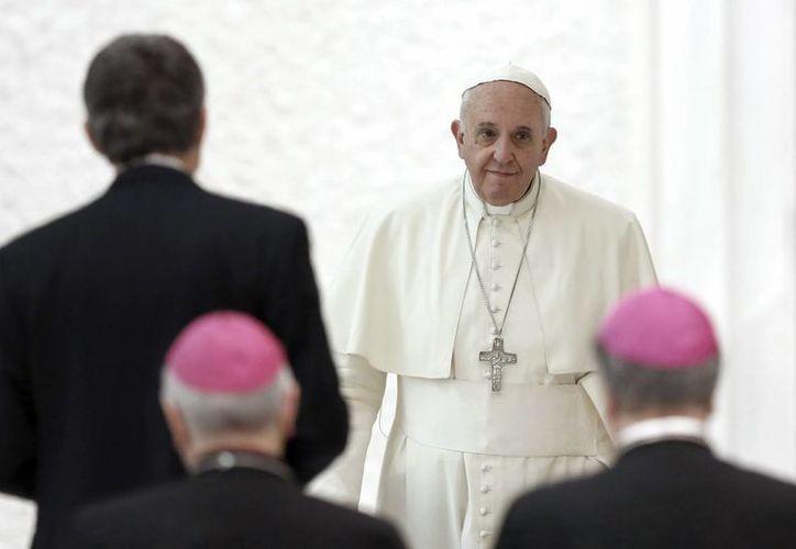 """El Papa Francisco llega a una reunión con periodistas y empleados de la cadena católica de televisión """"TV2000"""" en la sala Paulo VI en el Vaticano. (Agencias)"""